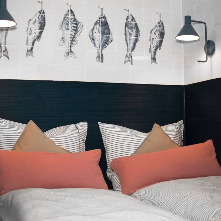 Opgemaakt bed in een vakantiehuis aan de Oostzee