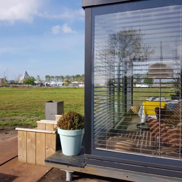 Grote glazen ramen in een vakantiehuis van containers