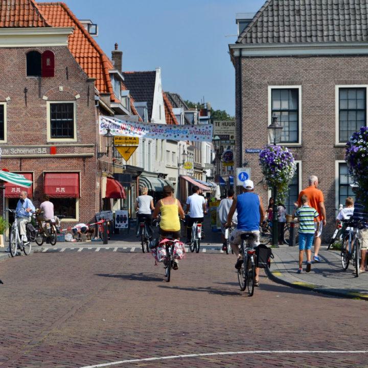 Fietsers in de straten van Weesp