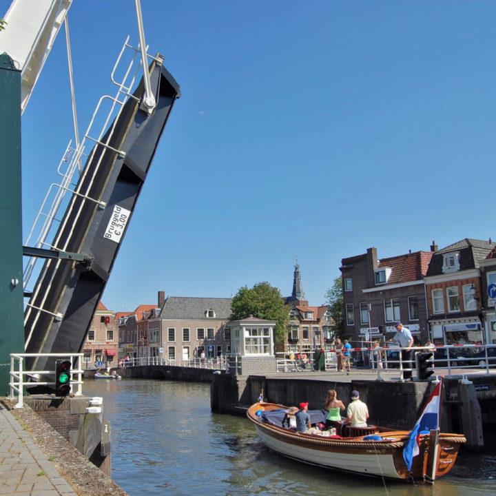 Open brug met sloep in Weesp
