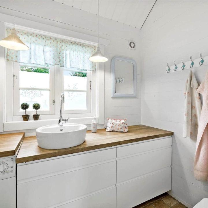 Witte badkamer met romantische details