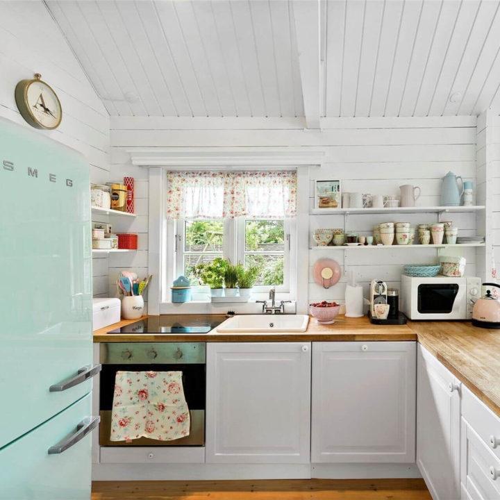 Witte romantische keuken in een vakantiehuis in Denemarken
