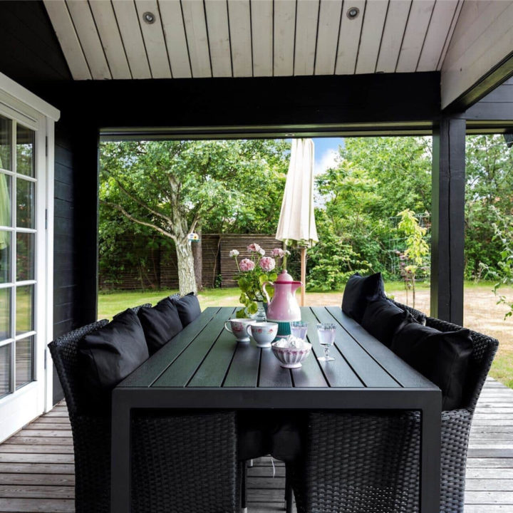 Overdekt terras met eethoek bij je vakantiehuis