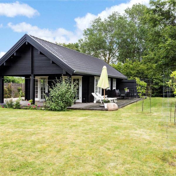 Zwart houten vakantiehuis in Denemarken