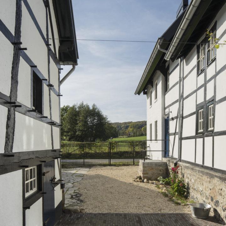 Doorkijkje bij een vakwerkhoeve in Limburg