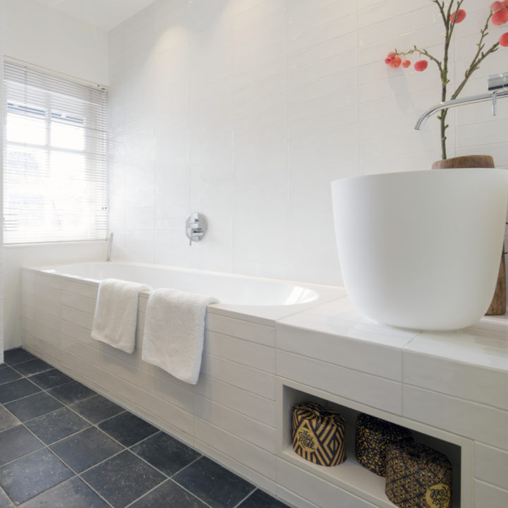 Moderne badkamer met ligbad, heerlijk ontspannen tijdens je weekendje weg