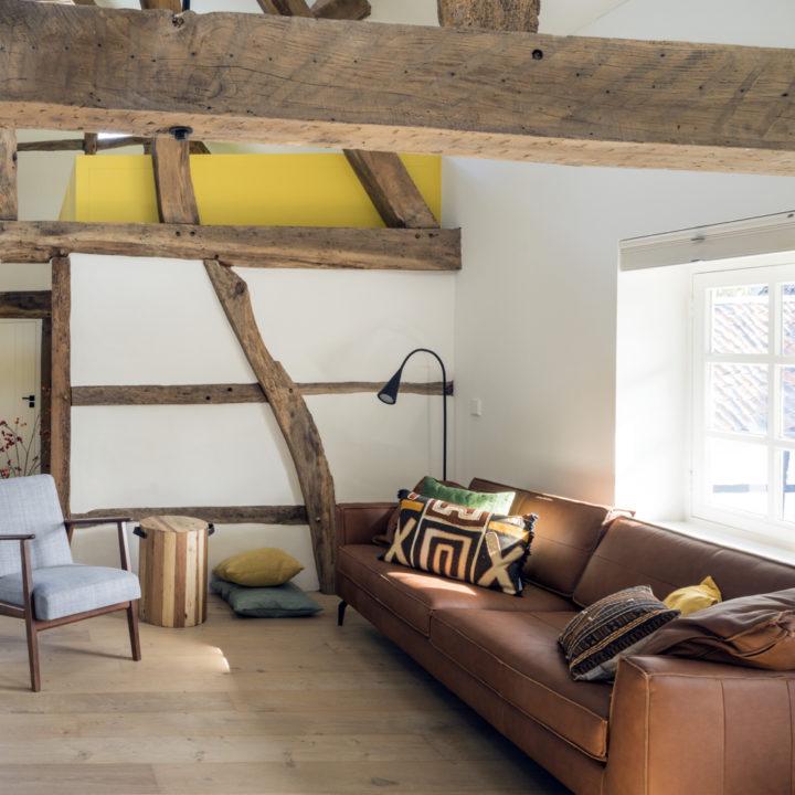 Zithoek in een appartement van een Limburgse vakwerkhoeve waar je kunt logeren