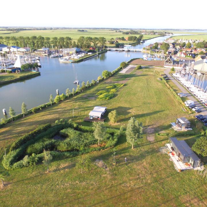 Een foto vanuit de lucht vanaf de jachthaven in Warns