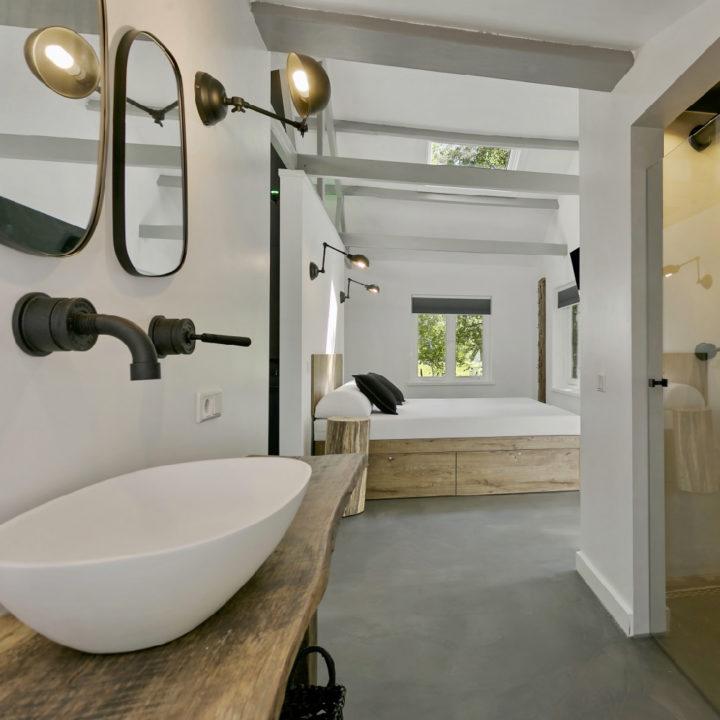 Doorkijk van de badkamer naar de slaapkamer