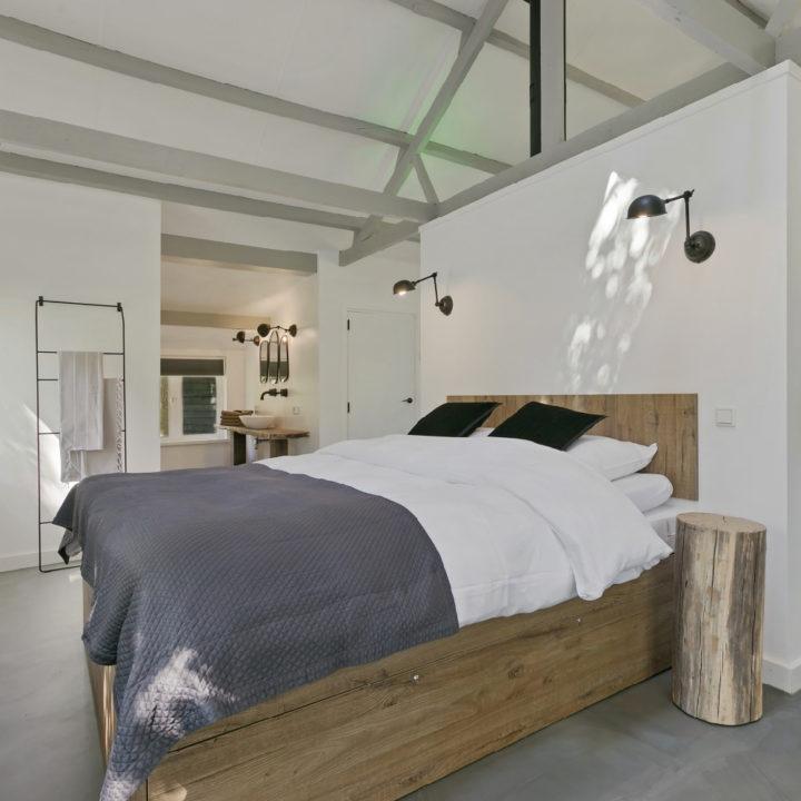 Opgemaakt bed in het wellness vakantiehuis