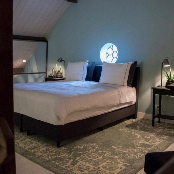 Tweepersoons bed met groot tapijt eronder