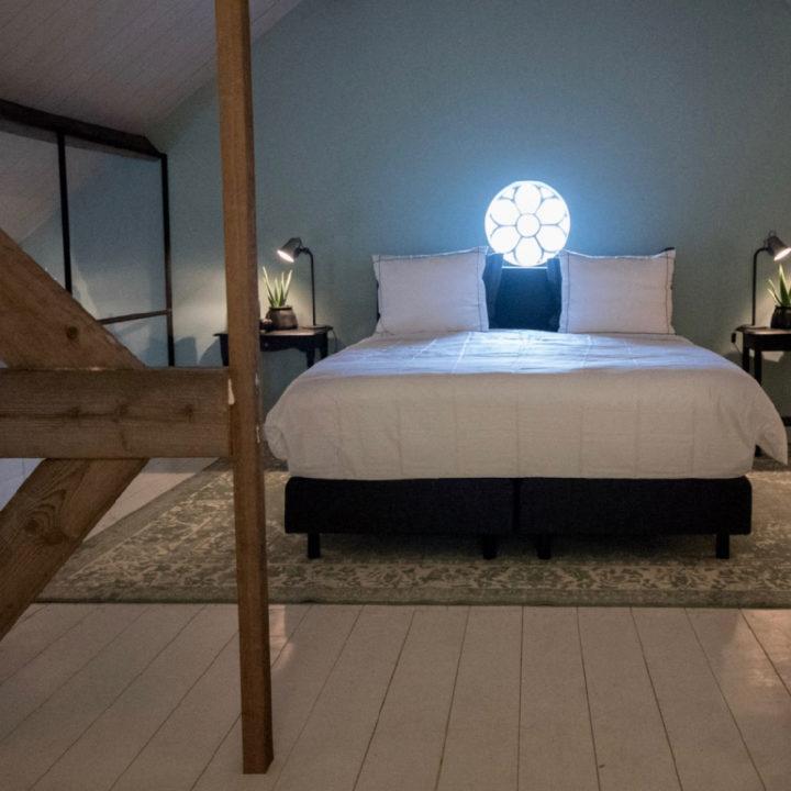 Slaapkamer op de vide met rond stalraam