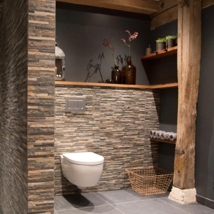 Badkamer met smalle stenen langs de muur
