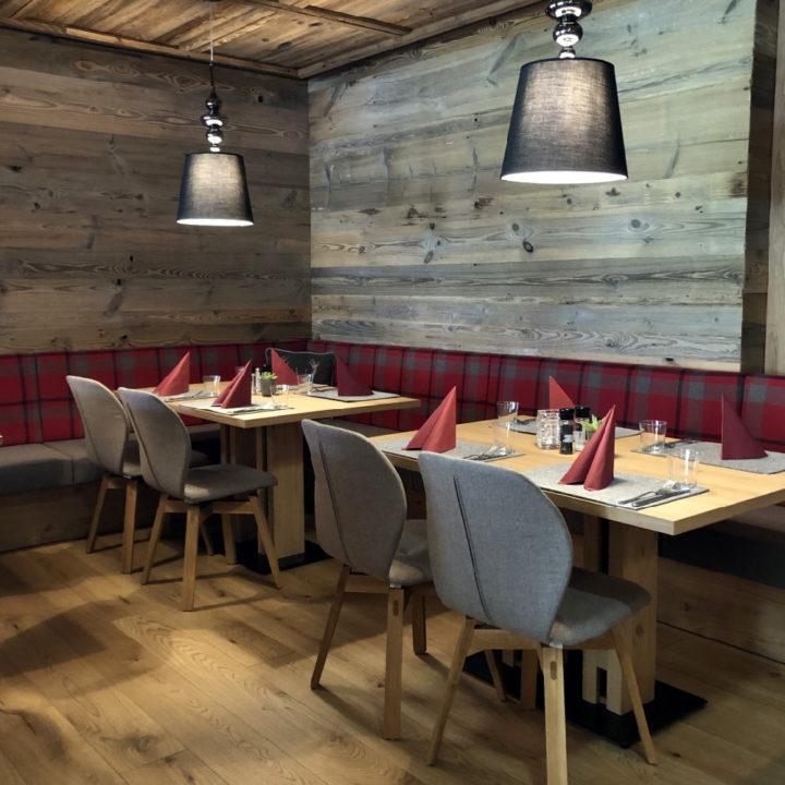 Tafels en stoelen in het restaurant