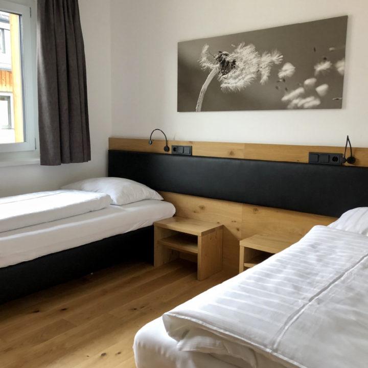 Tweepersoons slaapkamer met losse bedden