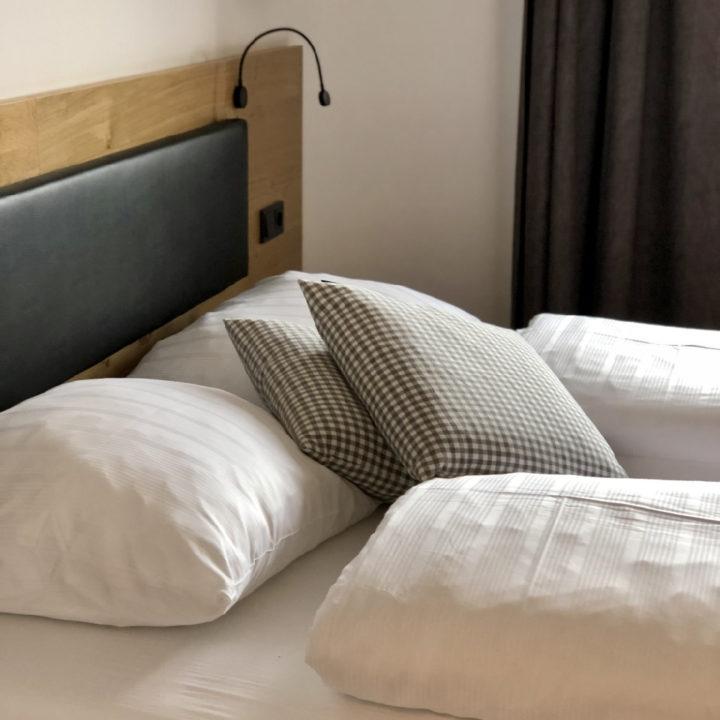 Oostenrijks opgemaakt bed, met dikke donzen dekbedden