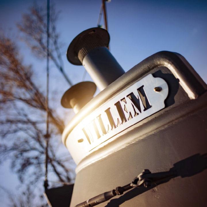De naam Willem op de buitenkant van de boot
