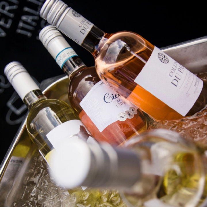 Flessen wijn die koel worden gehouden in het ijs