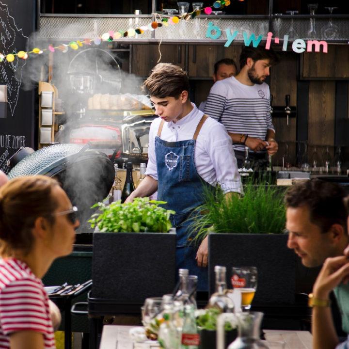 Terras van restaurant met rokende Big Green Egg