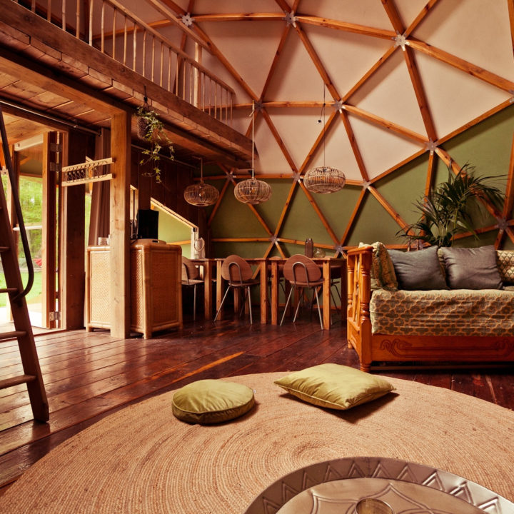 Interieur van een dometent op camping Buitenland