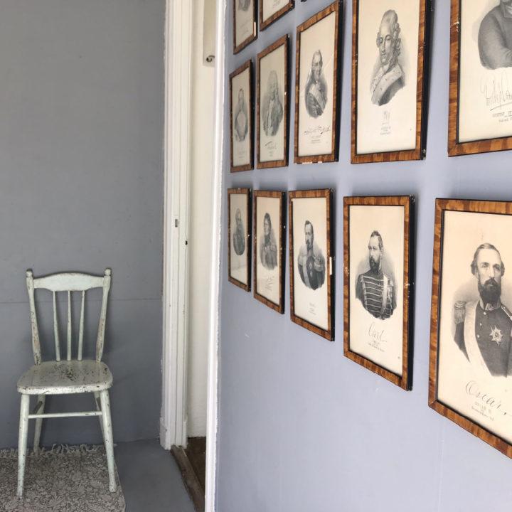 Schilderijtjes met zwartwit foto's aan de muur