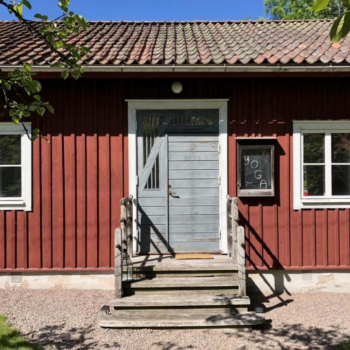 Rode houten yoga studio