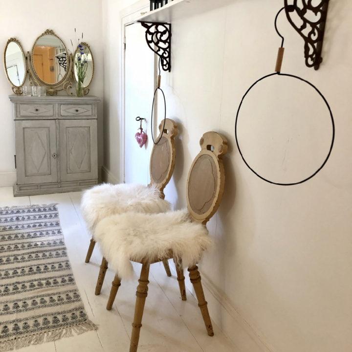 Twee houten stoeltjes met witte bontjes