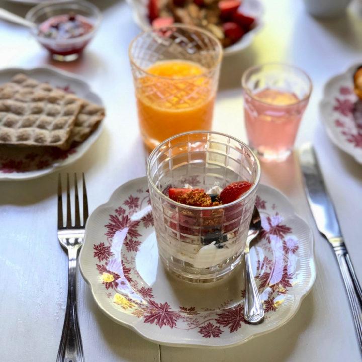 Glaasje yoghurt met vers fruit en glaasje sap