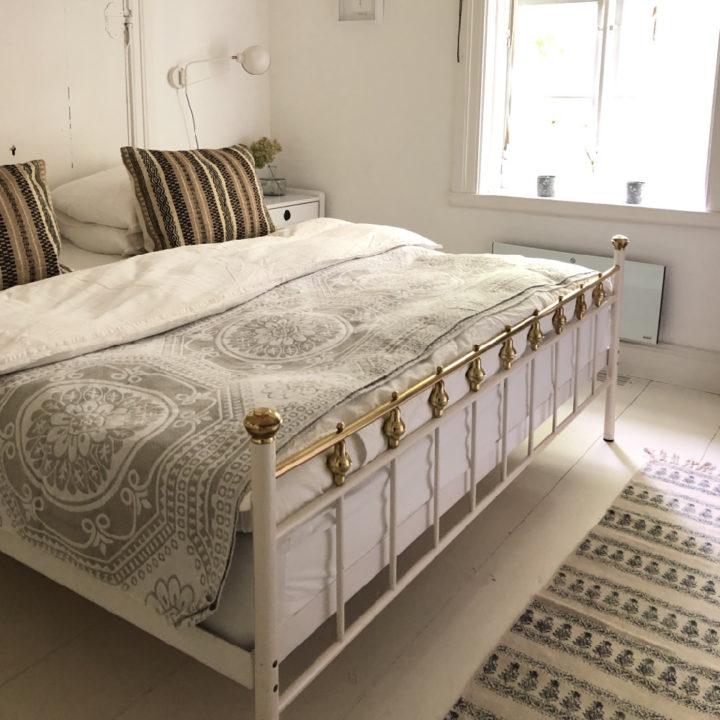 Gastekamer met wit en gouden stijlen bed