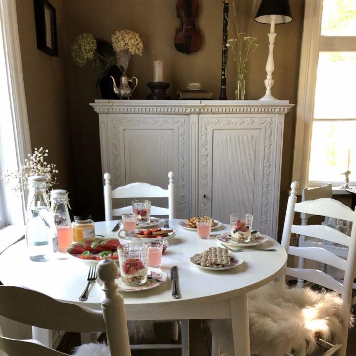 Ronde tafel voor het raam met het ontbijt