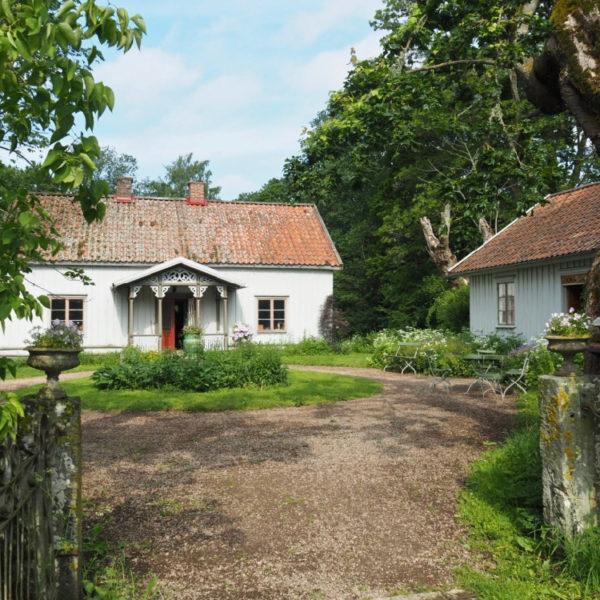 Houten huisjes op het Zweedse platteland