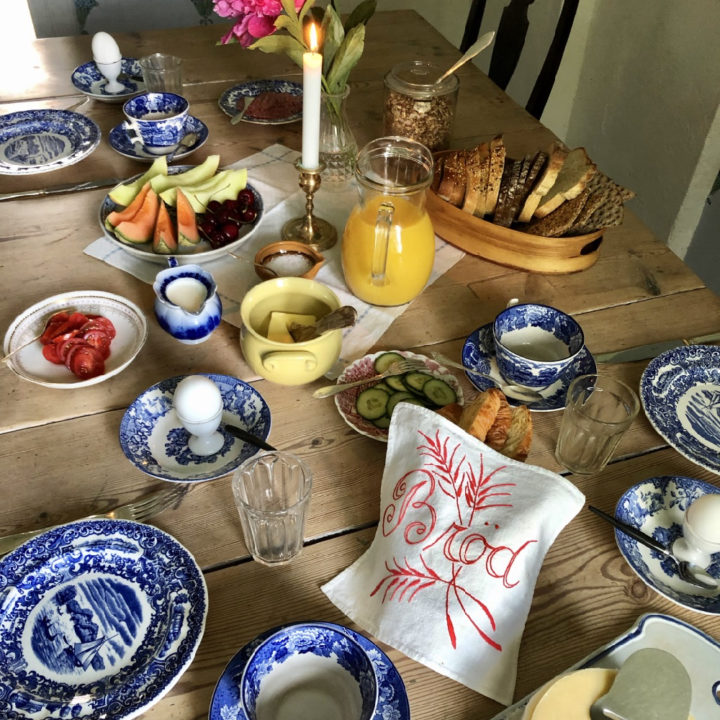 Ontbijt met vers sap, eitje, brood, tomaat, fruit