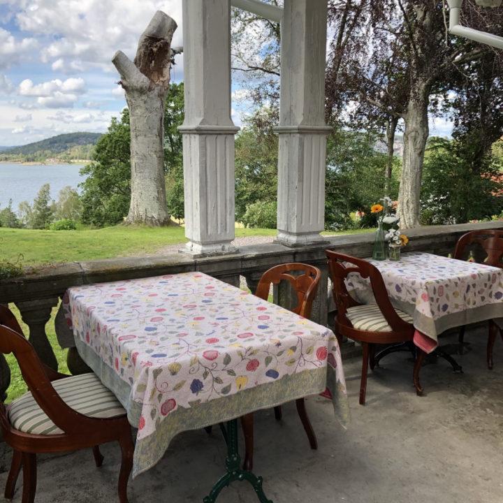 Terrasstoelen op de veranda