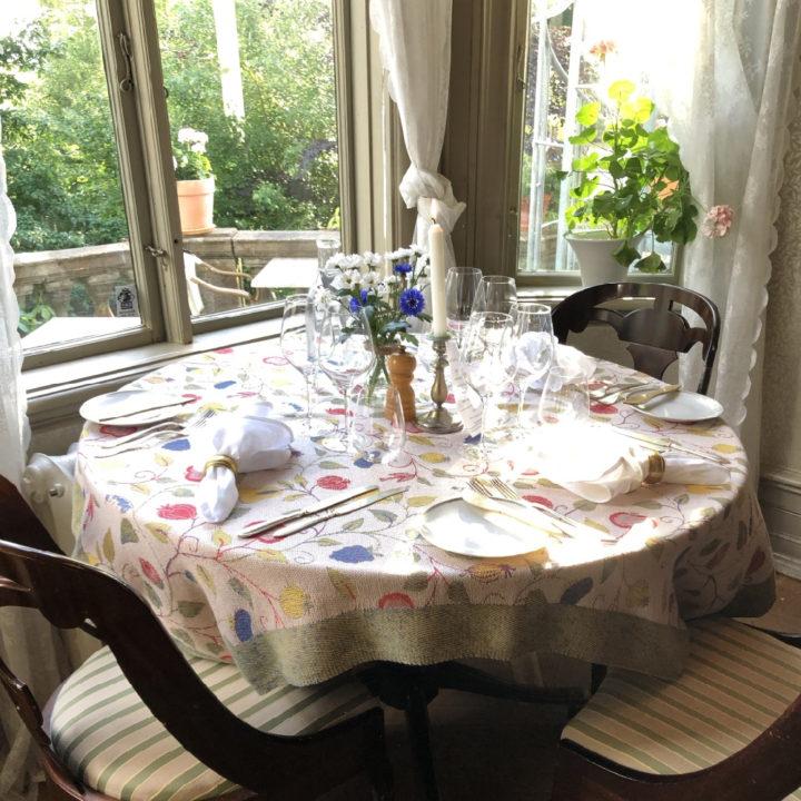 Ronde gedekte tafel in hotel