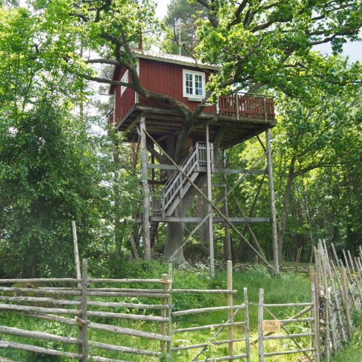 Rode houten boomhut