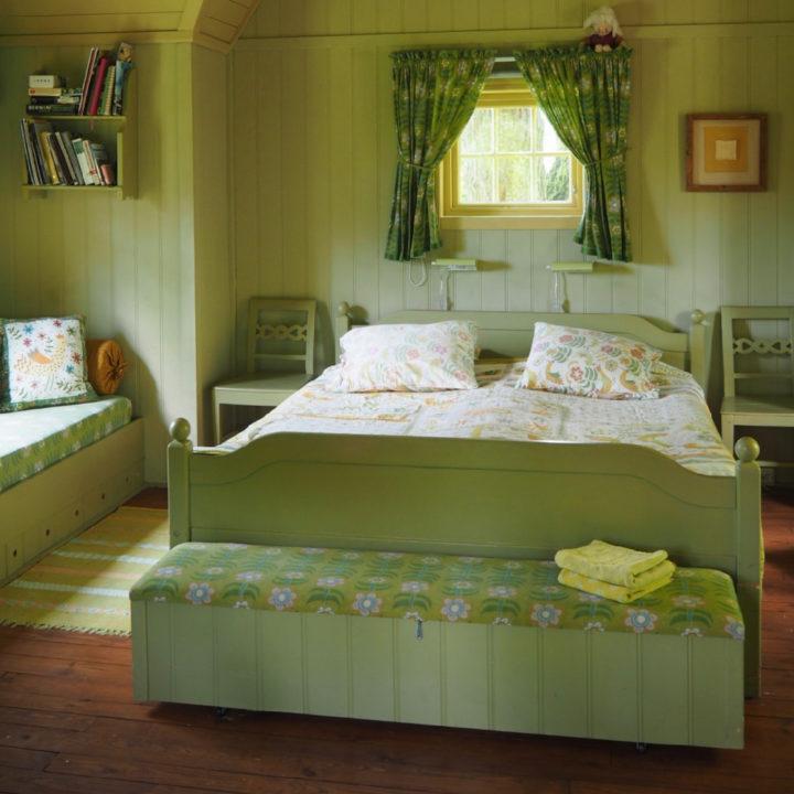 Tweepersoons bed met groene accenten