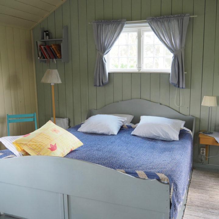 Tweepersoons bed in de boomhut