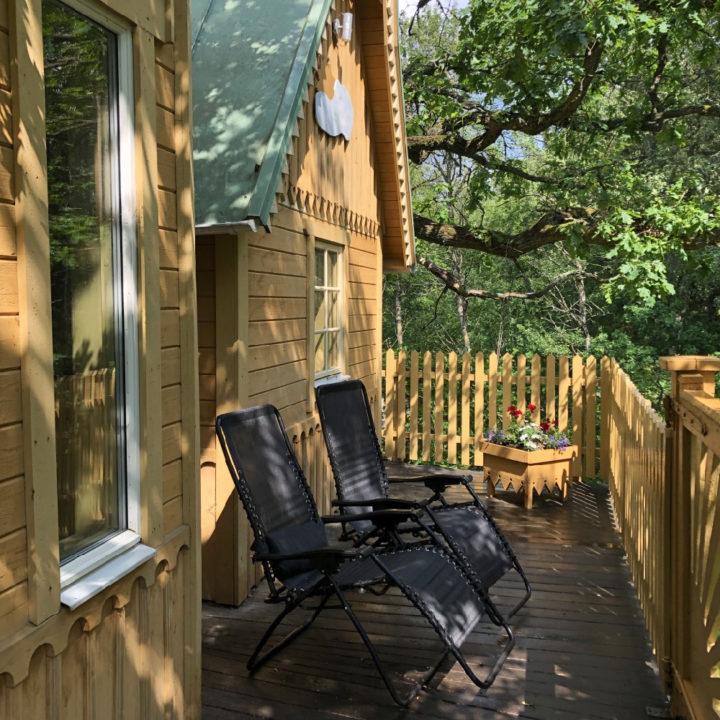 Stoelen op de veranda van de boomhut