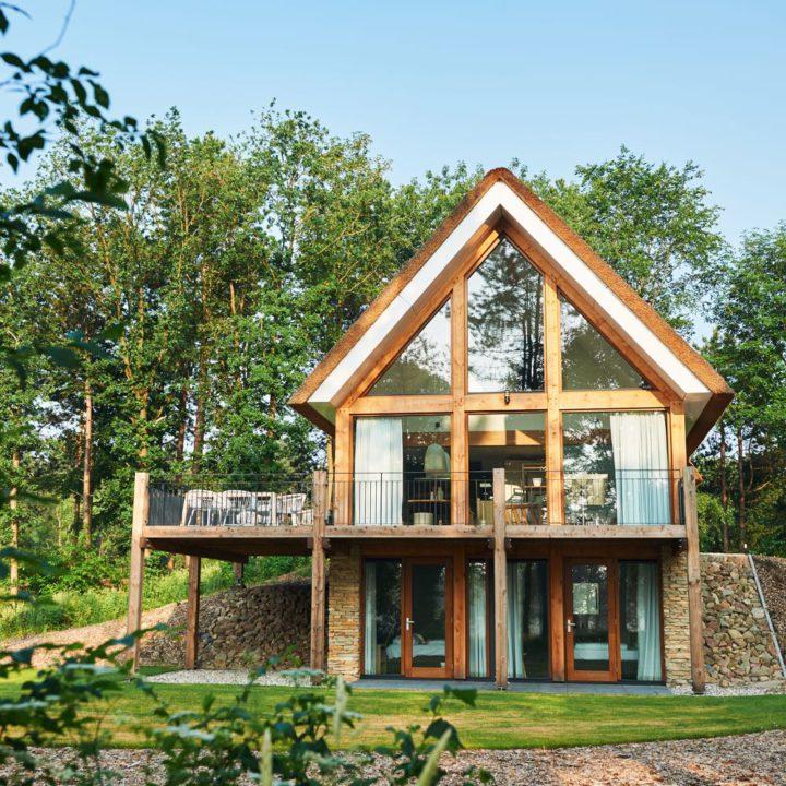 Grote glazen gevel van een luxe vakantiehuis in Drenthe