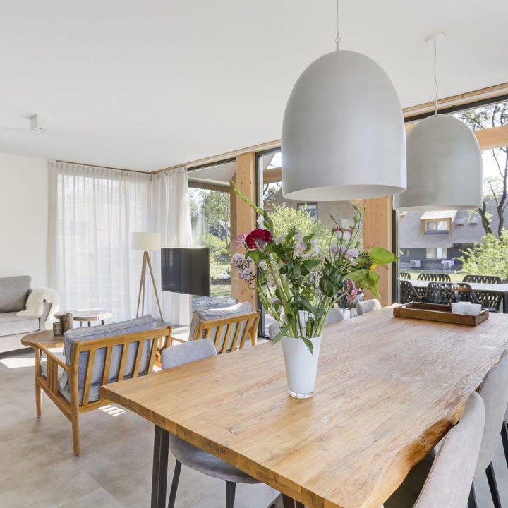 Eethoek en zithoek in luxe vakantiehuis in Drenthe