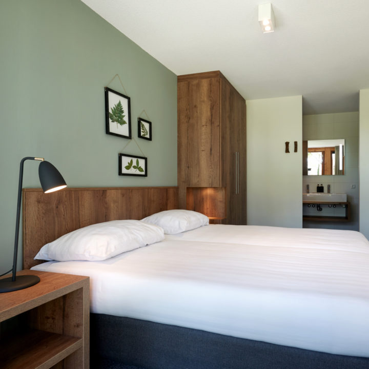 Slaapkamer met groene wand