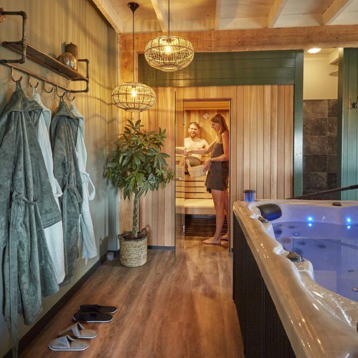 Een stel geniet in de sauna