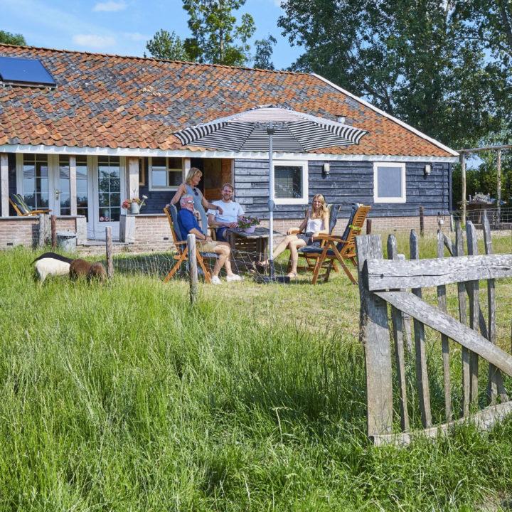 Buiten zitten in het gras voor het vakantiehuis