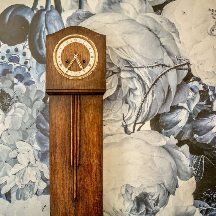 Antieke klok voor modern behang
