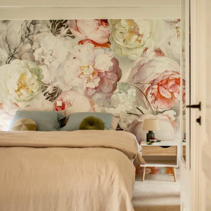 Slaapkamer met wand met bloemenbehang