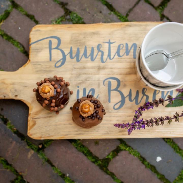 Houten plank met de naam Buurten in Buren