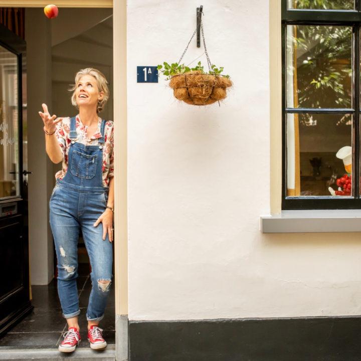 Bianca in de voordeur van het vakantiehuis