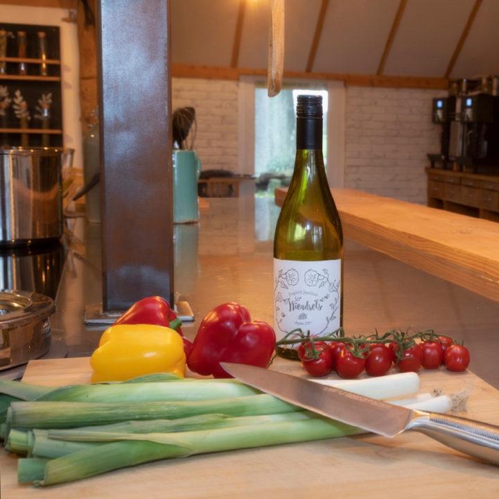 Snijplank met groenten en een fles wijn