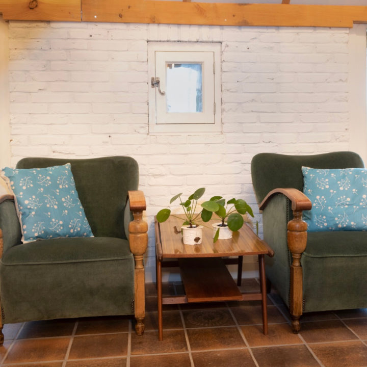 Luie stoelen bij groepsaccommodatie Wiendsels