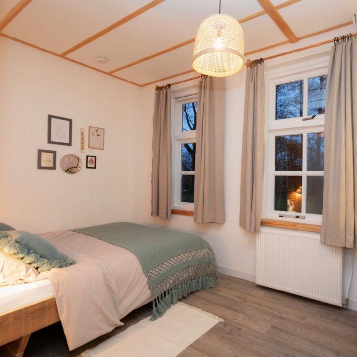 Slaapkamer met grote ramen